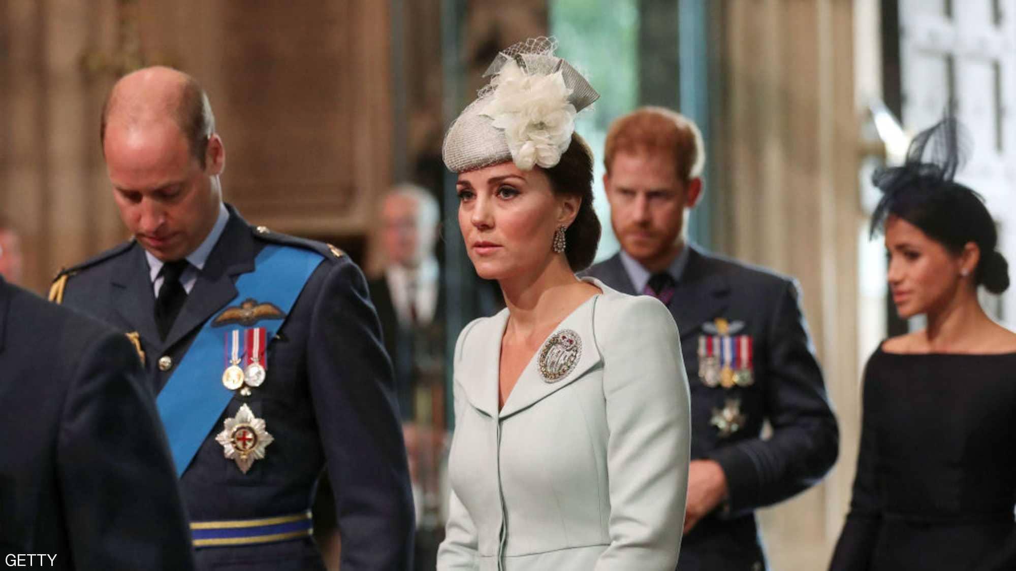 """صورة """"القصر"""" يخرج عن صمته بشأن الخلاف بين كيت وميغان ماركل"""