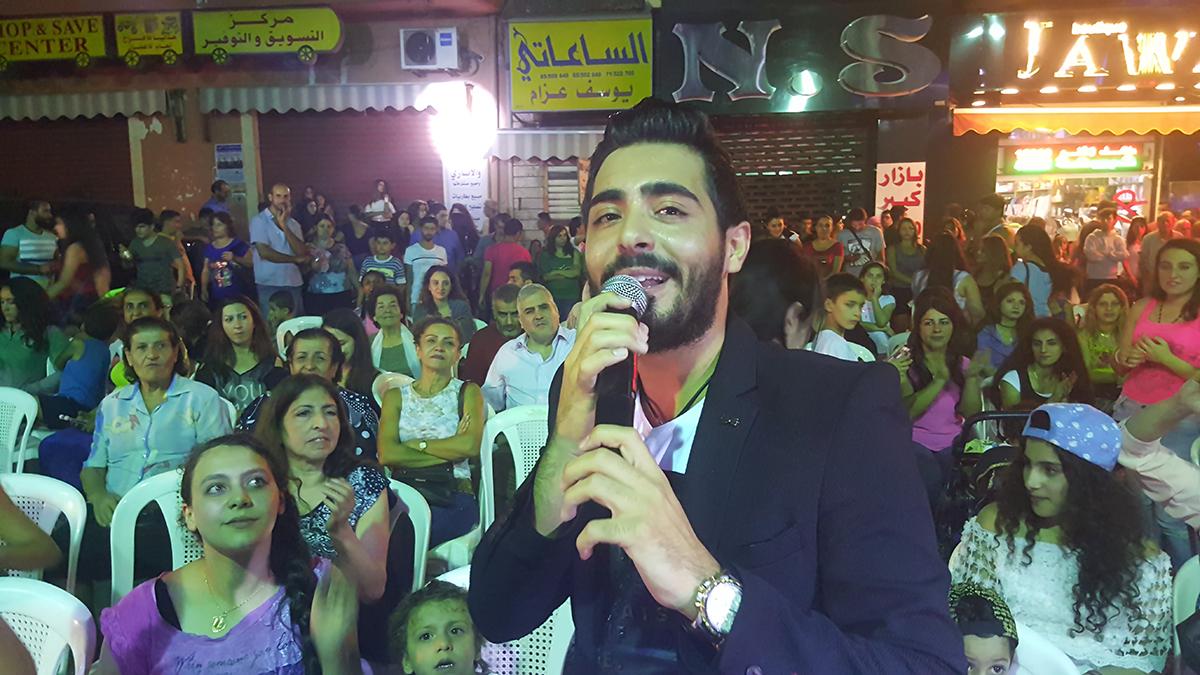 صورة اياد يتوسط محبيه في بقماتا الشوف ويغني كل اغانيه