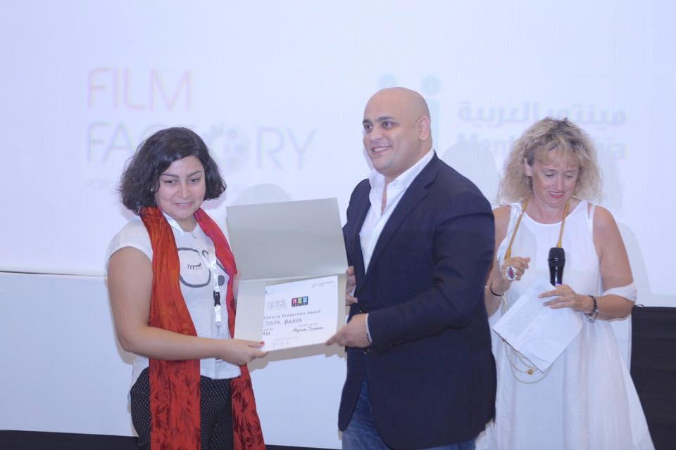 صورة أحمد بدوي يسلم جائزة الافلام في مرحلة التطوير في الجونة لمخرجة لبنانية
