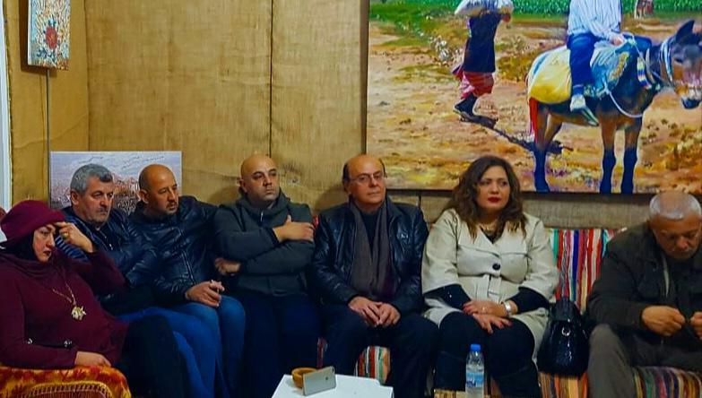 صورة قيادات وشخصيات بارزة في جمعية كهف الفنون ومحاورة نقدية حول اعمال غاندي بو ذياب