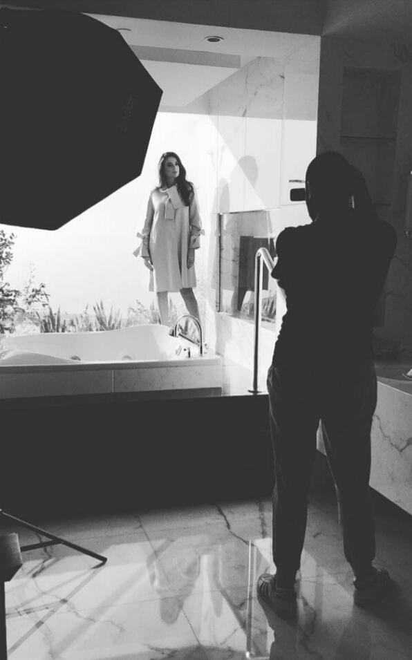 صورة ملكة جمال لبنان بيرلا حلو تخضع لأول جلسة تصوير ملوكيّة بعد تتويجها