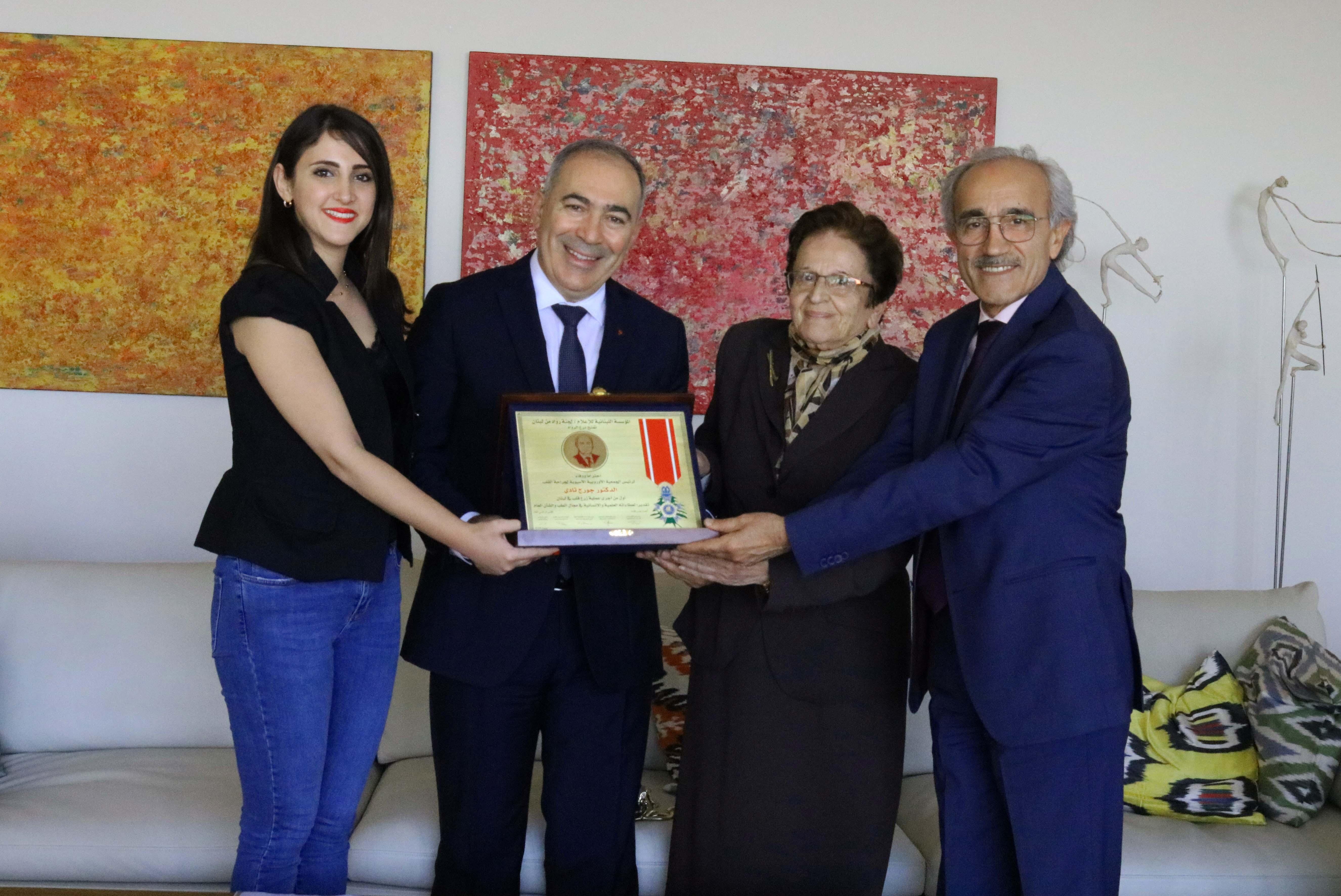 صورة تكريم د. جورج تادي لعطائه الانساني والعلمي في مجال القلب من لجنة رواد من بيروت