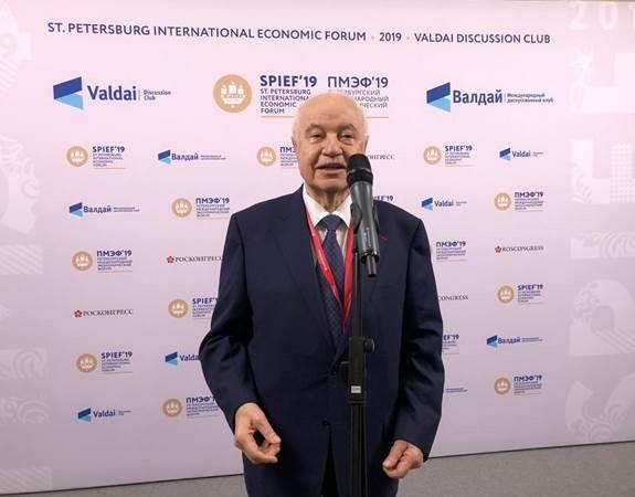 صورة طلال ابوغزالة المتحدث العربي بالمؤتمر الاقتصادي الدولي