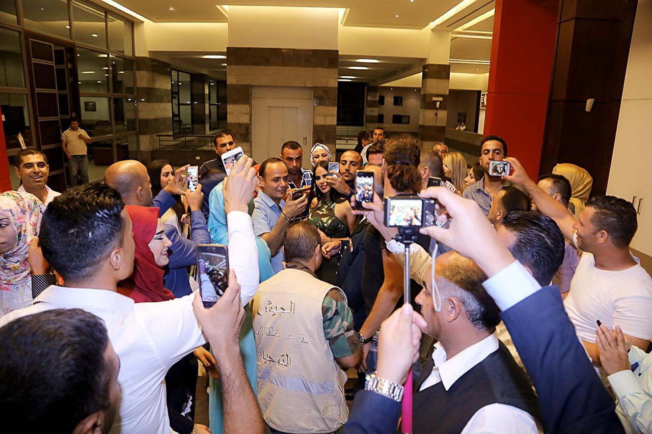 صورة ليال عبود تغني ل 800 من رجال الجيش اللبناني