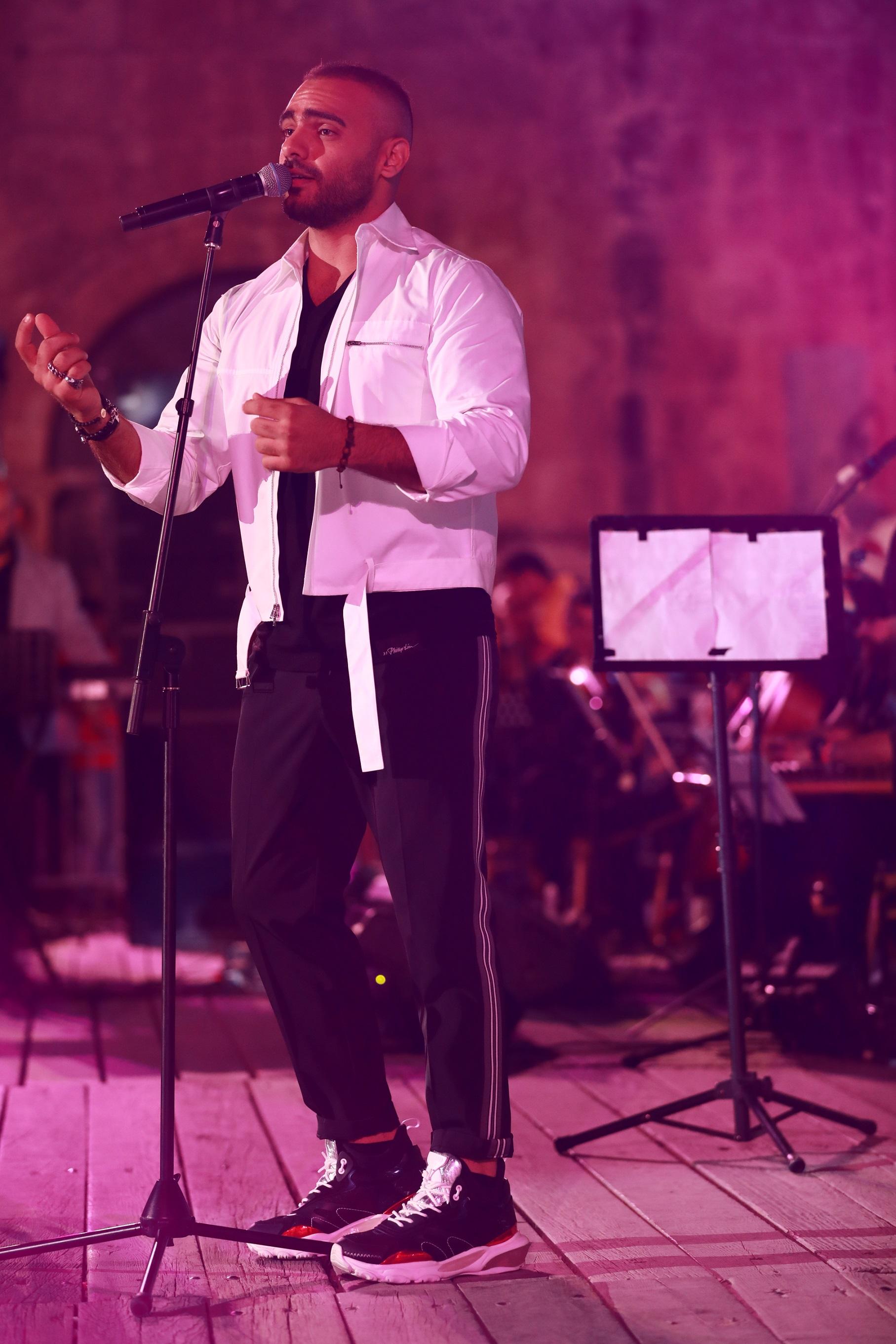 صورة جوزيف عطية يغني وسط الالاف في حلب والاردن