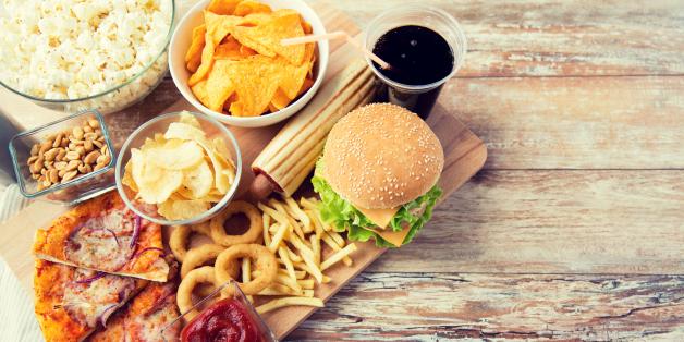 صورة تناوُل الكربوهيدرات خلالها يزيد وزنك.. تعرّف على أسوأ ساعات اليوم لتناول الطعام