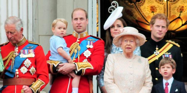 صورة كيف يقضي أفراد العائلة المالكة يومهم؟ الملكة تعقد اجتماعات وتنزِّه كلابها والدوقة تمارس الأمومة